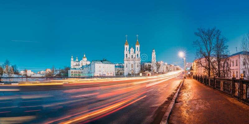 Витебск, Беларусь Взгляд вечера или ночи известных ориентир ориентиров собор предположения, церковь воскресения Христоса стоковая фотография rf