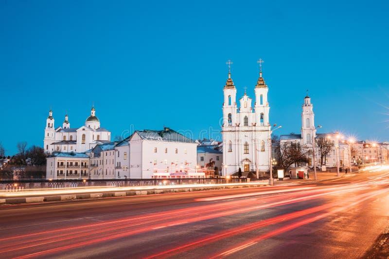 Витебск, Беларусь Движение на улице и святом соборе предположения стоковые фотографии rf