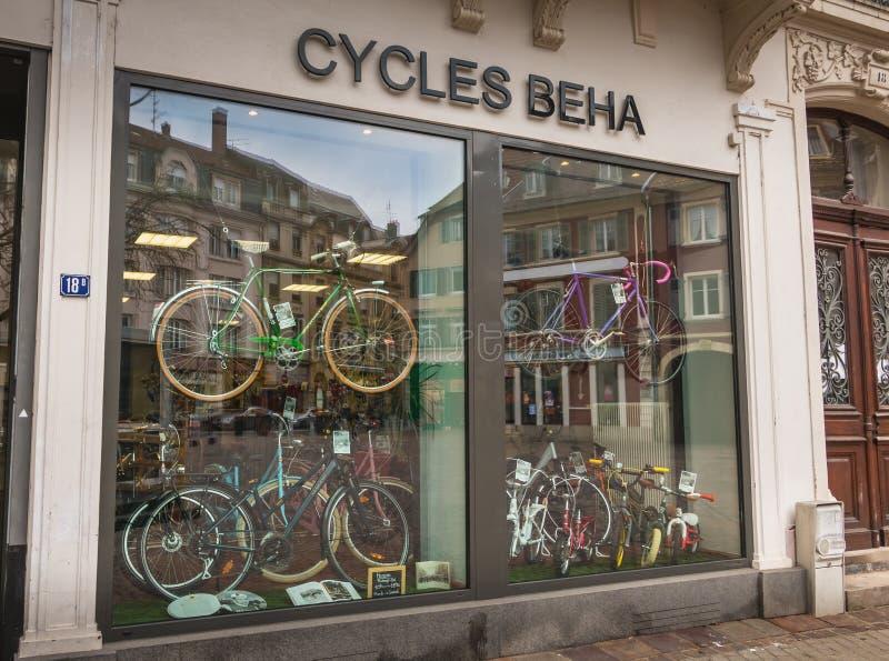 Витрина магазина велосипеда в центре города на зимний день стоковое изображение