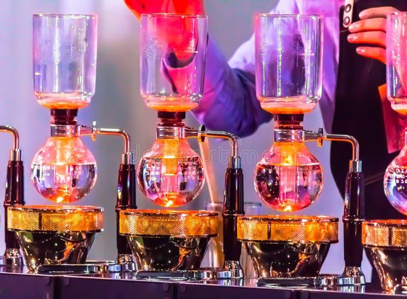Витрина переливать кофеварку syphonist стоковое фото rf