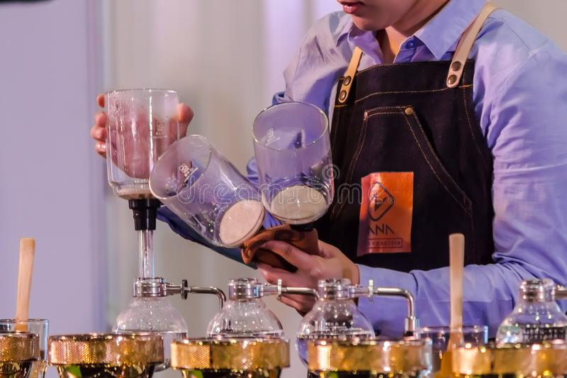 Витрина переливать кофеварку syphonist стоковые фото