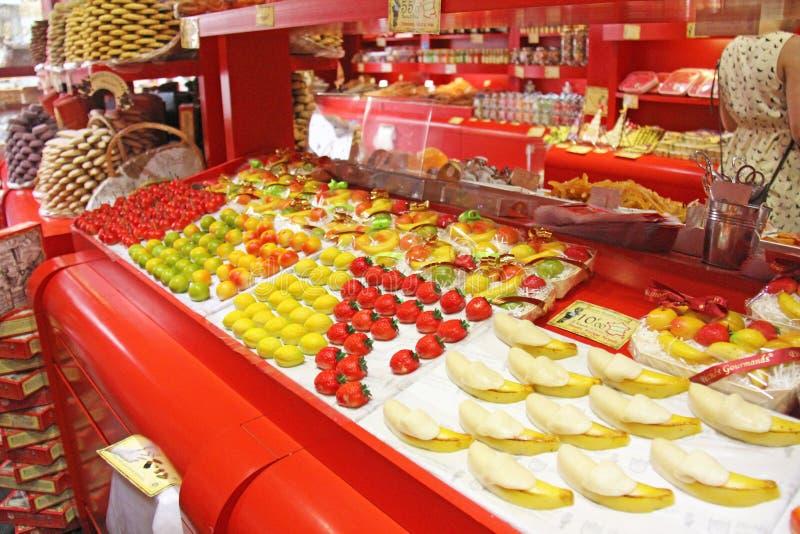 Витрина с marzipans Магазин продавая помадки или marzipans BR стоковое изображение