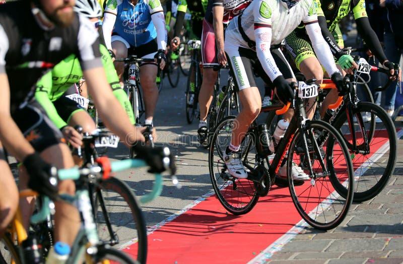 Виченца, VI, Италия - 30-ое апреля 2017: Группа в составе велосипедисты с raci стоковые изображения