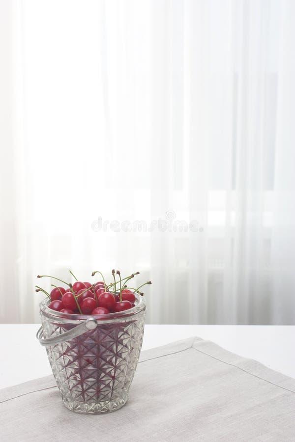 Вишни в стеклянном ведерке стоковое фото rf