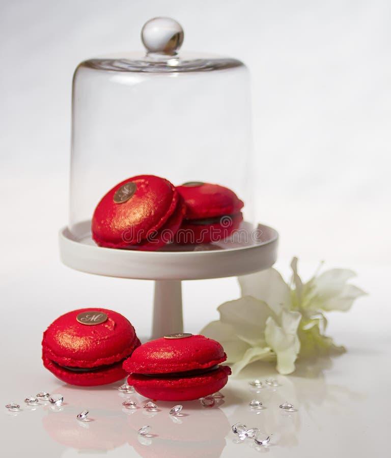 Вишни и шоколад Macarons стоковое изображение rf