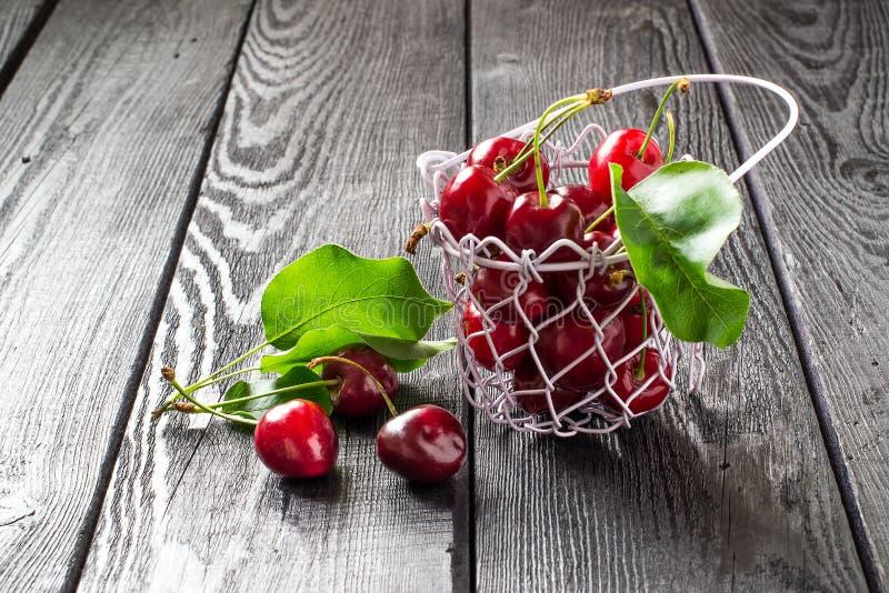 вишни корзины зрелые стоковые фотографии rf