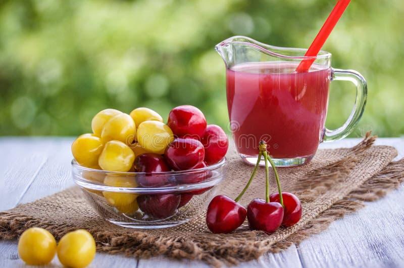 Вишня белая и красный цвет и сок вишни стоковое изображение rf
