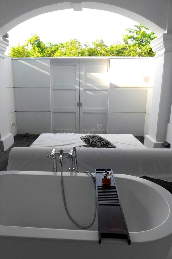 Вилла гостиницы, semi внешняя ванна стоковые фото
