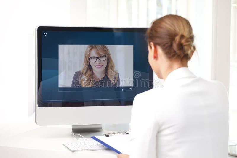 Видеоконференция на офисе стоковые фото