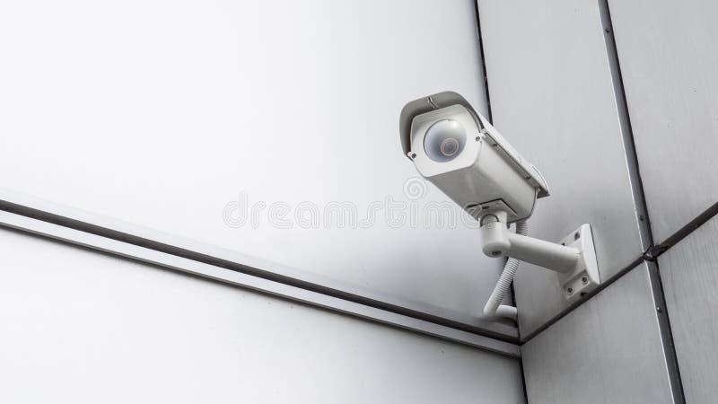 Видеооборудование камеры слежения наблюдения CCTV в доме и жилищном строительстве башни на стене для управления зоны системы безо стоковое фото rf