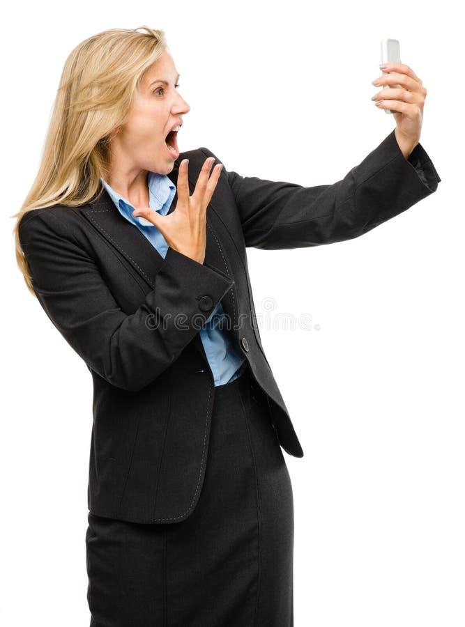 Видео- женщина мобильного телефона послания несчастная зреет изолированный на wh стоковые фото