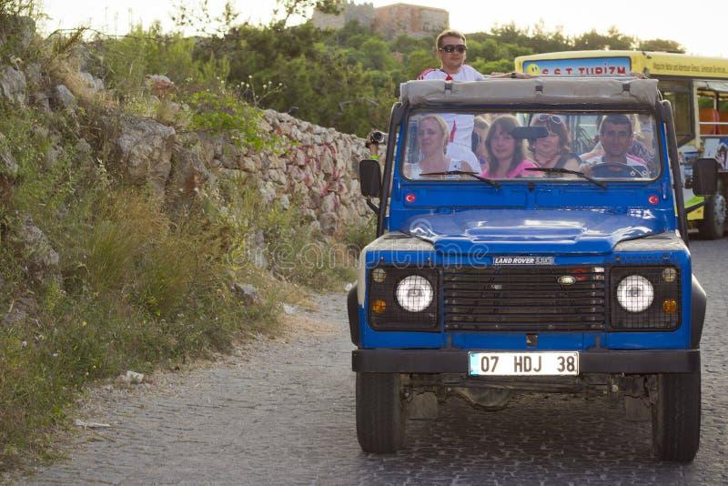 Виллис-сафари - автомобиль привода на все колеса с ездами туристов вечером Alanya стоковые изображения