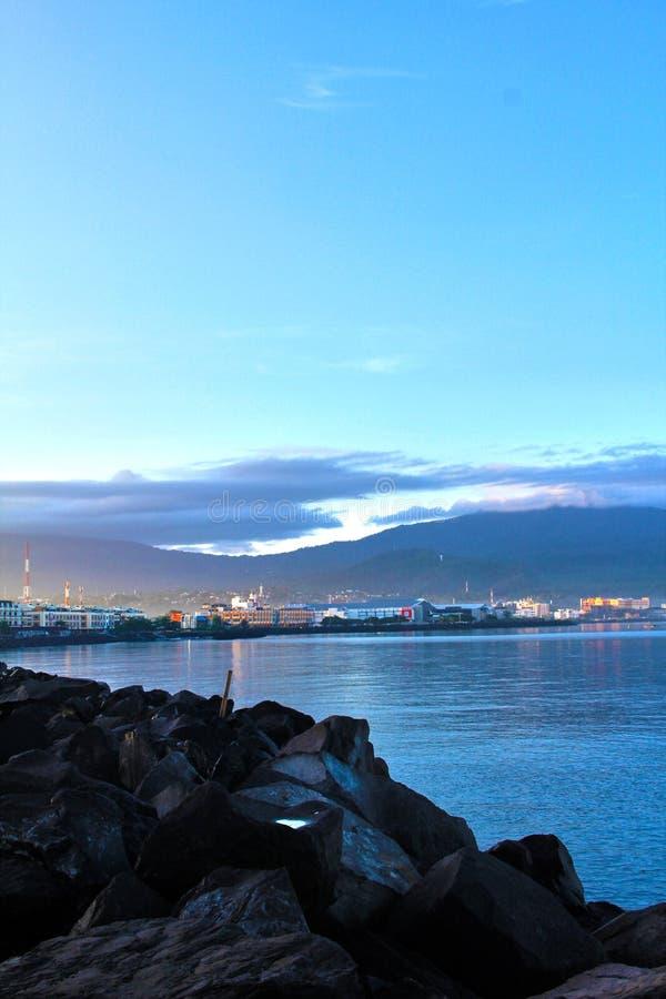 Вид на город восхода солнца Manado от берега стоковые фотографии rf
