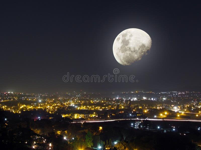 Вид на город ночи света луны стоковая фотография rf