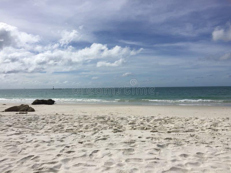 Вид на море, волны на пляже стоковое изображение