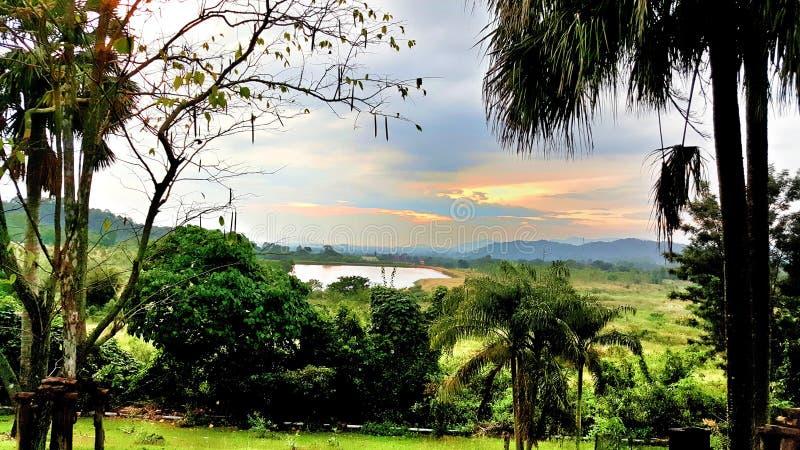 Download Вид на озеро ландшафта стоковое фото. изображение насчитывающей sunset - 81806140