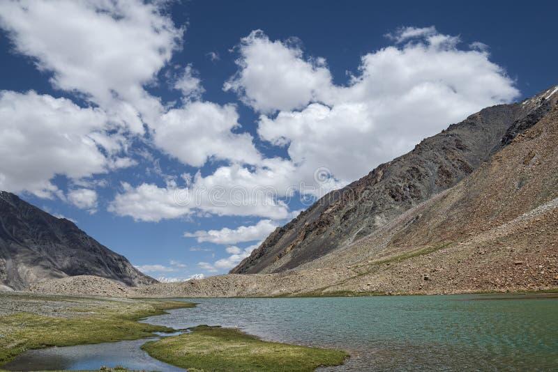 Вид на озеро горы стоковые фото