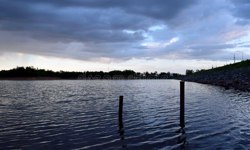 Вид на озеро и небо на времени вечера стоковая фотография