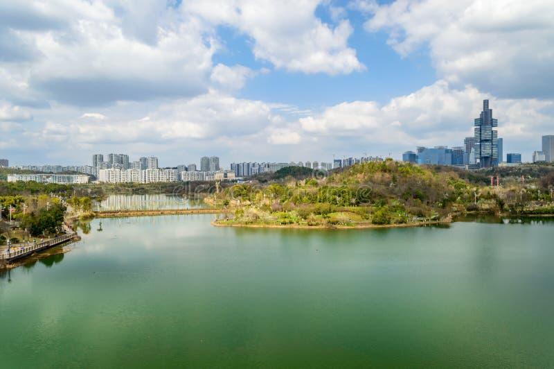 Вид на озеро парка центра city†GuiYang» стоковое изображение rf