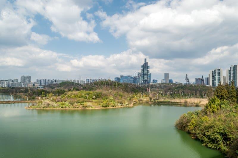Вид на озеро 3 парка центра city†GuiYang» стоковое фото rf