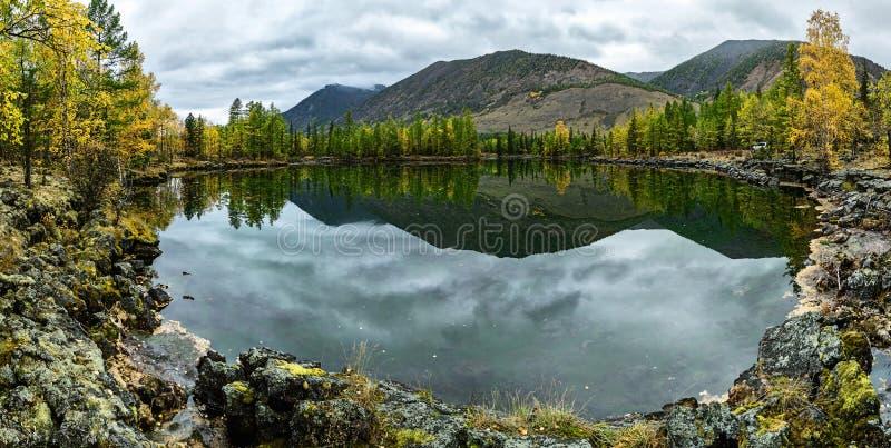 Вид на озеро при банки состоя из лавы стоковые фотографии rf