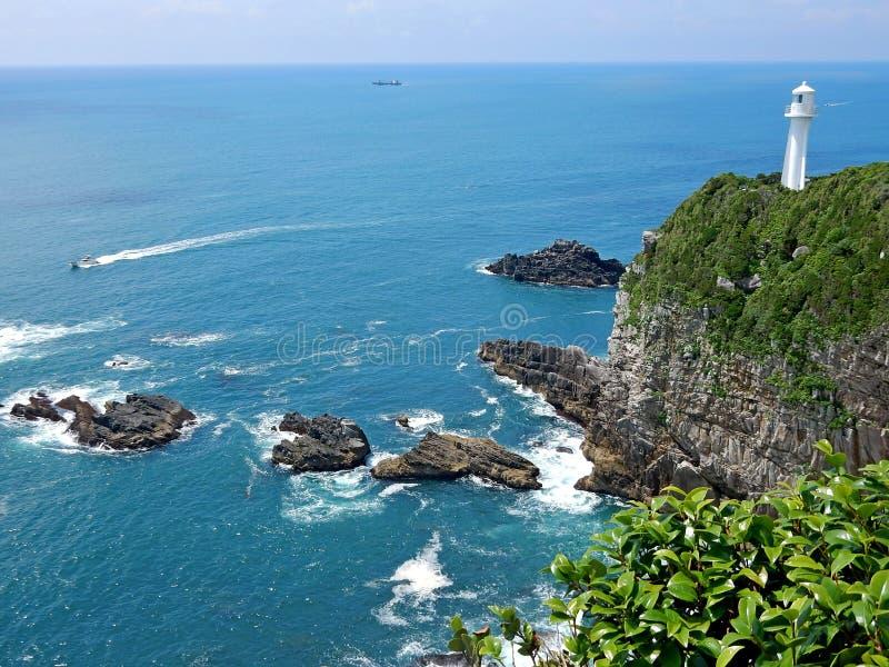 Вид на океан на крае скалы стоковые фото