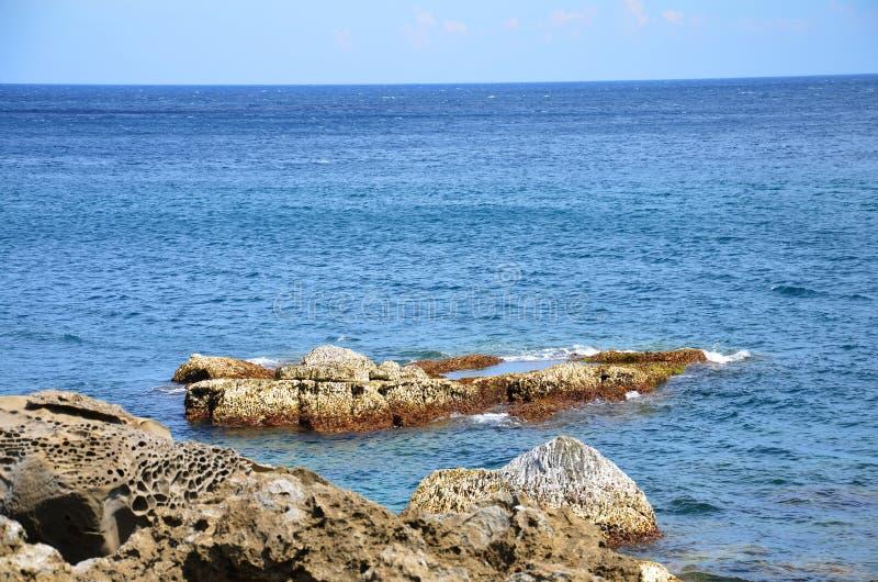 Вид на океан от скалистого берега стоковые изображения