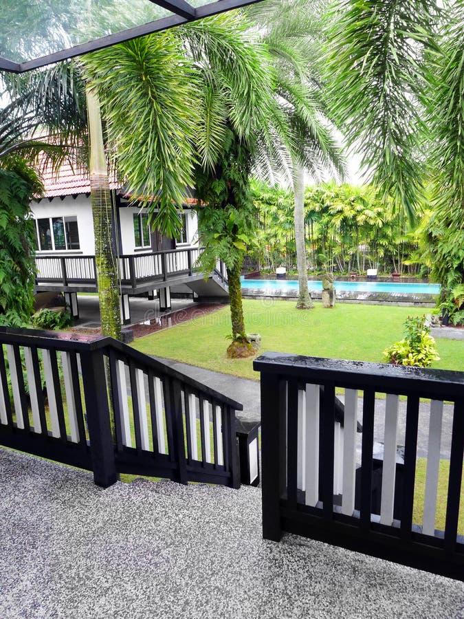 Вид на сад виллы курорта стоковая фотография