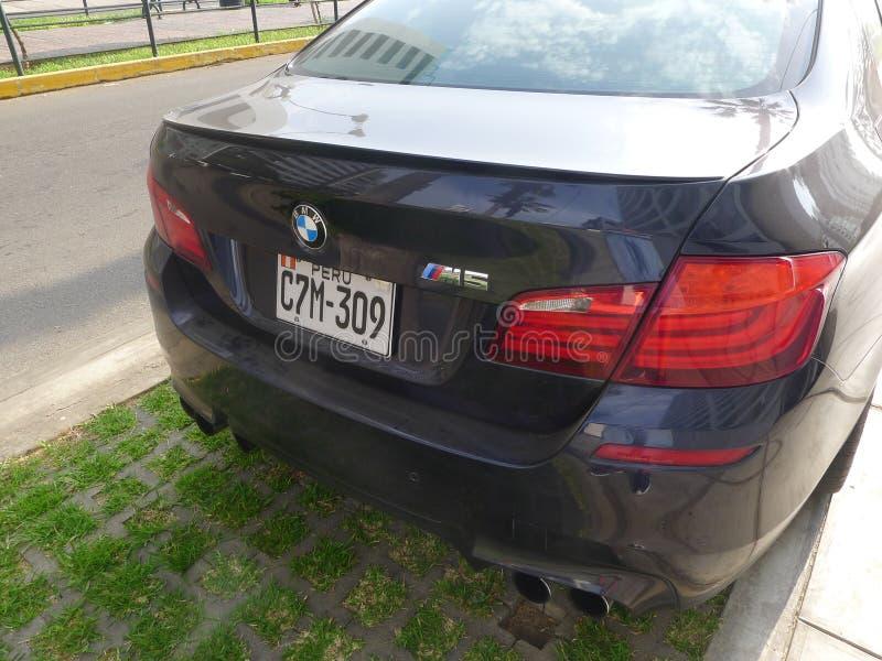 Вид сзади голубого BMW M5 цвета в Miraflores, Лиме стоковое изображение