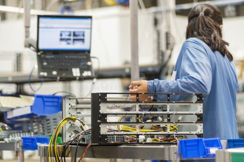 Вид сзади женского техника ремонтируя компьютер стоковые фотографии rf