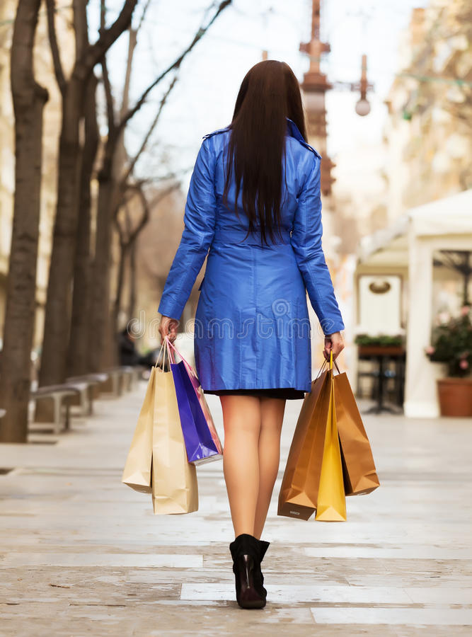Вид сзади женщины с хозяйственными сумками стоковая фотография rf