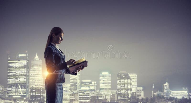 Download Вид сзади коммерсантки смотря город ночи Мультимедиа Стоковое Изображение - изображение насчитывающей офис, смотреть: 81808511