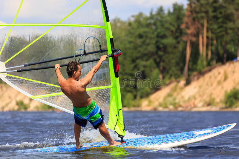 Download Вид сзади молодого конца-вверх Windsurfer Стоковое Фото - изображение насчитывающей природа, surfing: 40587150