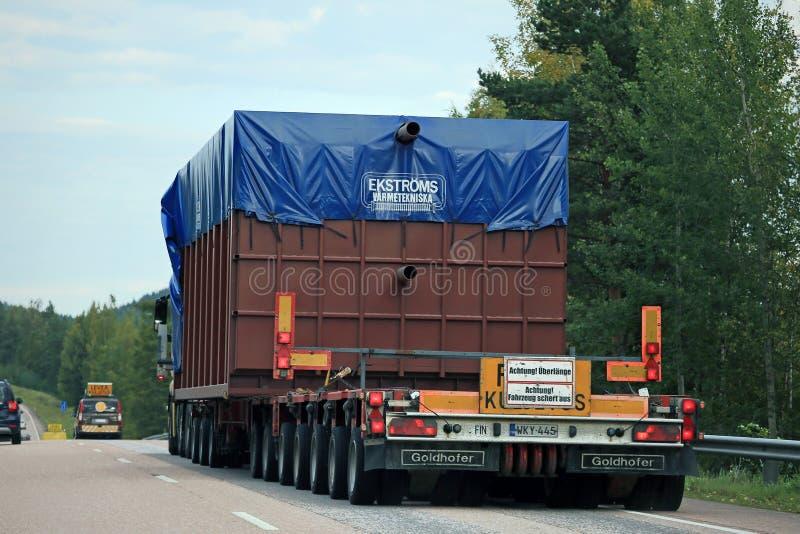 Вид сзади сверхразмерного перехода нагрузки на дороге стоковое фото