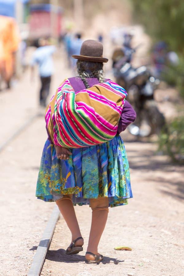 Вид сзади старой женщины Aymara в Tupiza с традиционными одеждами стоковая фотография rf