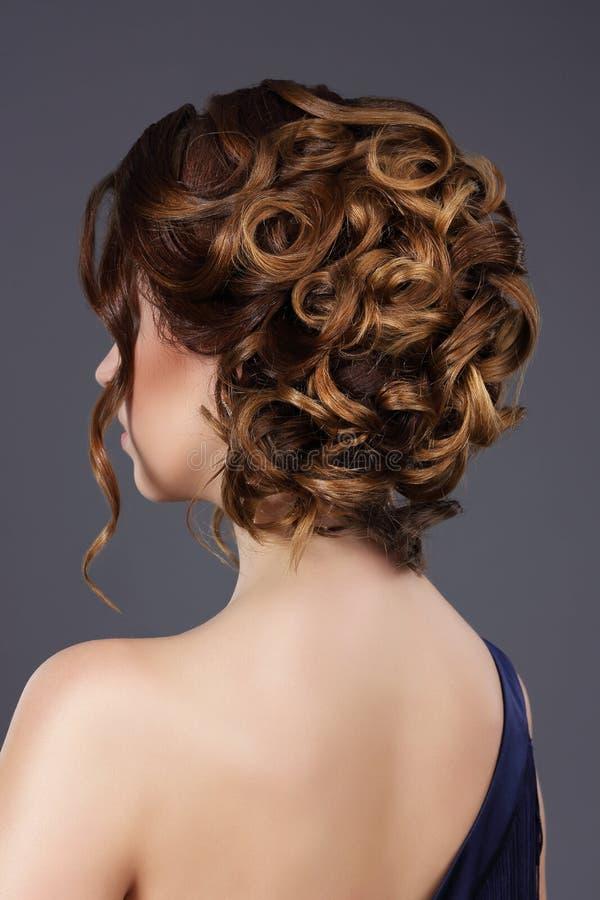 Вид сзади стиля причёсок женщины праздничного Развевали волосы стоковая фотография