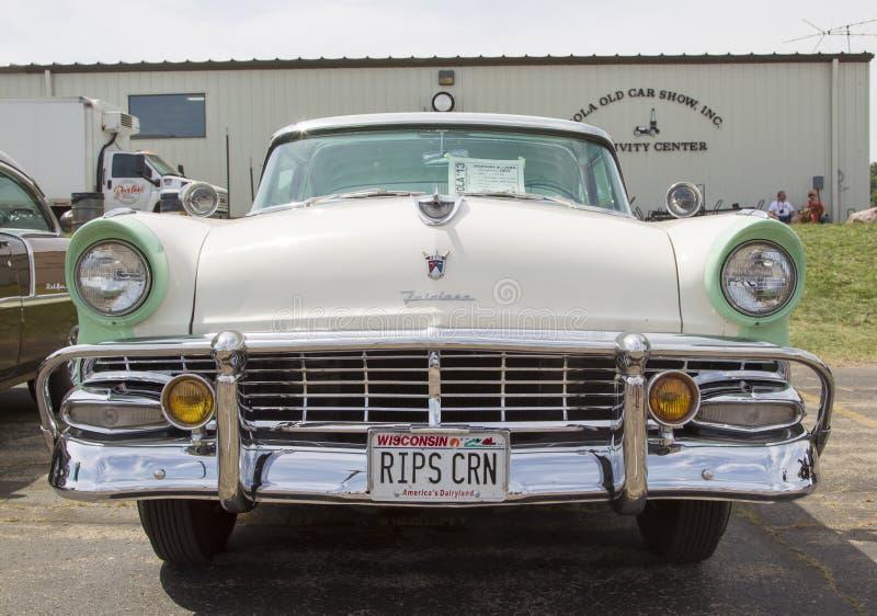 Вид спереди 1956 Виктории кроны Форда Fairlane зеленое белое стоковая фотография rf
