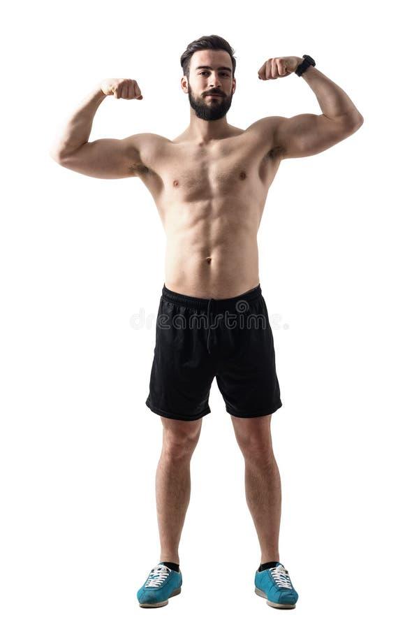Вид спереди молодого бородатого спортсмена пригонки изгибая мышцы стоковые изображения rf