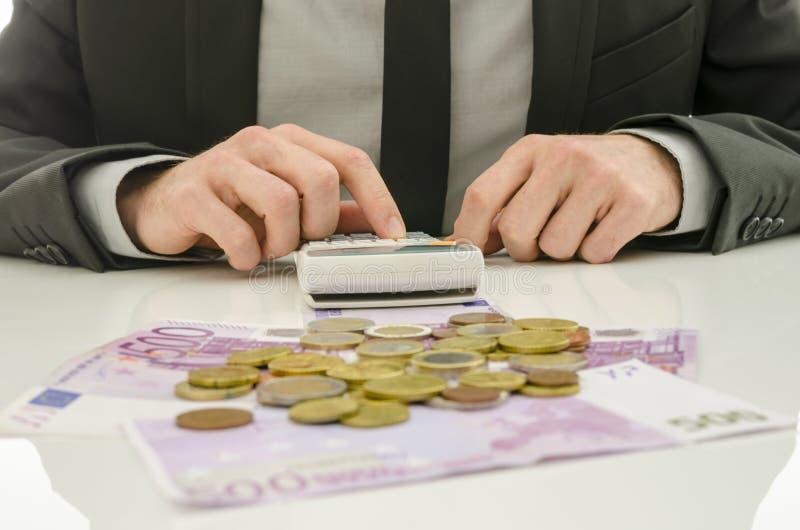 Мыжской бухгалтер работая на его столе стоковое фото rf