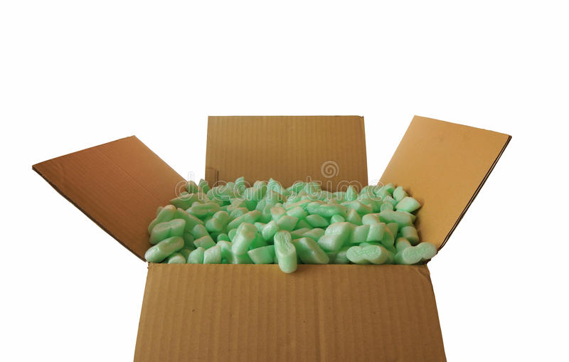 Вид спереди рифлёной картонной коробки вполне частей зеленой пластичной пены стоковое фото rf