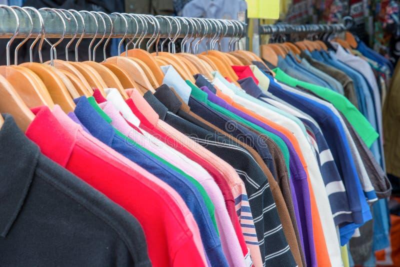 Вид спереди рубашек поло на вешалке стоковые изображения rf