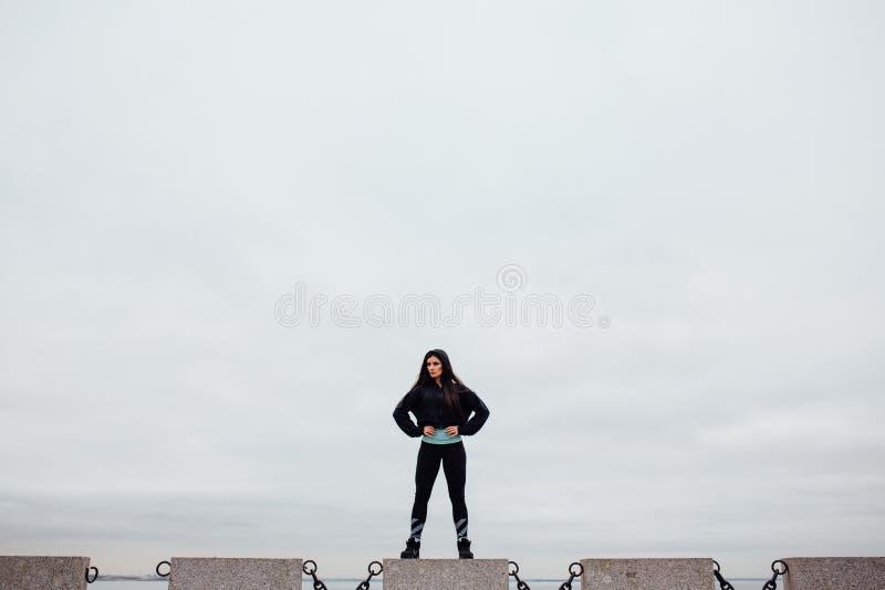 Download Вид спереди спортсмена после работать стоять на камне гордо и Contentedly Стоковое Фото - изображение насчитывающей напольно, персона: 81805646