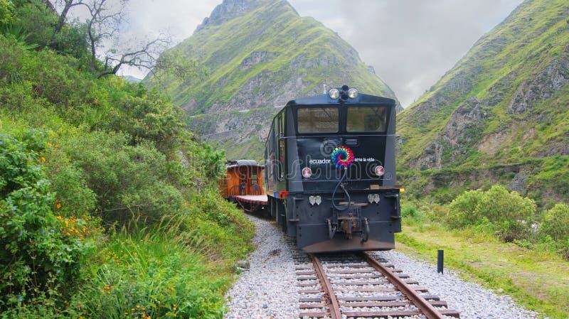 Вид спереди туристского поезда с ` s дьявола обнюхивает на заднем плане стоковое фото rf