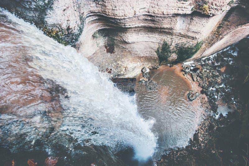 Вид с воздуха ландшафта водопада на скалистом каньоне стоковое фото rf