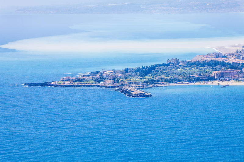 Вид с воздуха ландшафта моря, Giardini Naxos taormina Сицилии Италия стоковая фотография rf