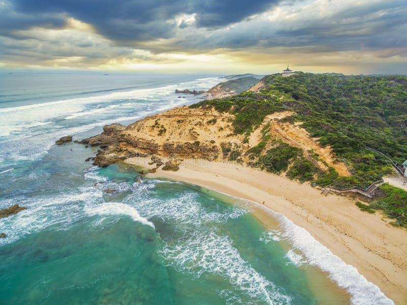 Вид с воздуха береговой линии пляжа океана Сорренто и Coppins Lookou стоковые изображения rf