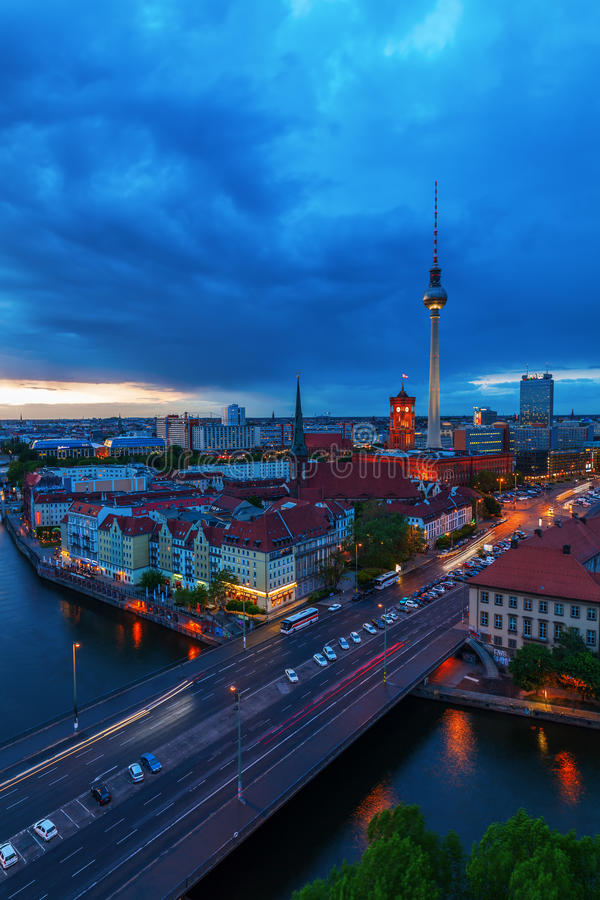 Вид с воздуха Берлина, Германии, с башней телевидения и рекой оживления стоковые изображения rf