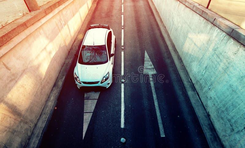 Вид с воздуха белого автомобиля входя в подземный гараж стоковая фотография