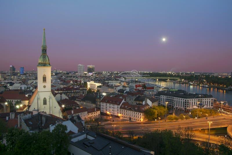 Вид с воздуха Братиславы на сумерк стоковое изображение rf
