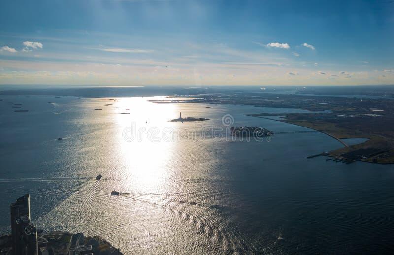 Вид с воздуха верхнего залива Нью-Йорка с островом свободы и статуей свободы - Нью-Йорком, США стоковая фотография rf